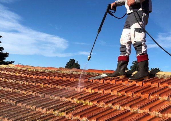 couvreur cabrieres bouches du rhone entrain de nettoyer un toit en tuiles